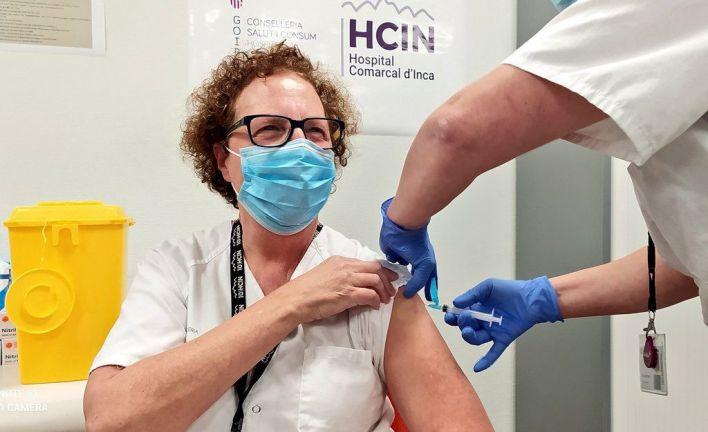 Comienza la vacunación a sanitarios: hay 2.756 dosis y se guardan 5.347 para la segunda de ancianos