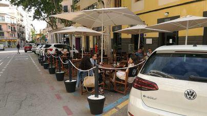 Los bares tienen hasta este viernes para retirar las terrazas de las plazas de aparcamiento