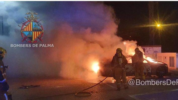 Arde un vehículo aparcado en el Hospital Son Llàtzer