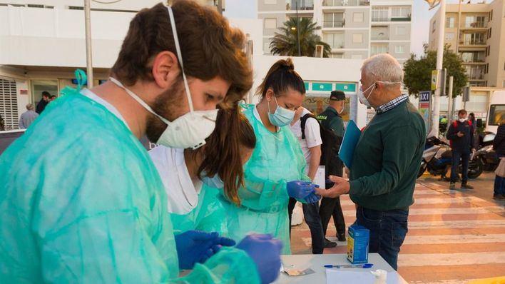Formentera cierra perimetralmente y Menorca adelanta el toque de queda
