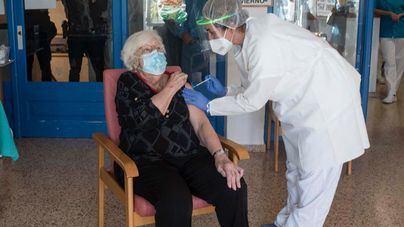 Salut no detecta efectos adversos y espera concluir la vacunación en residencias en 3 semanas