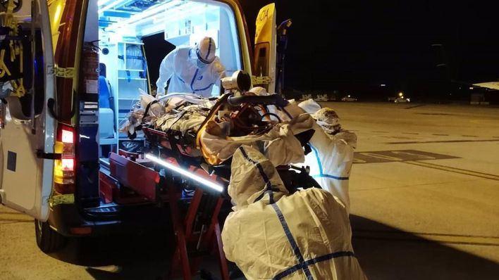 Trasladan en avión ambulancia a un paciente Covid desde Menorca a Mallorca
