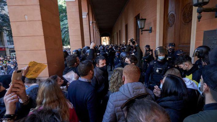 Detenido por romper un cristal del Parlament durante la primera protesta masiva de los restauradores