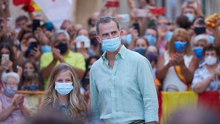 La Hermandad Monárquica en Baleares regala una ensaimada de un metro al Rey por su cumpleaños