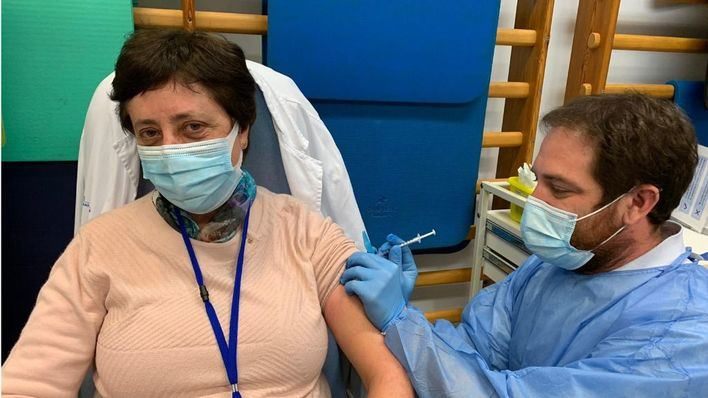 La gerente, Catalina Vadell, en el momento de recibir la inyección