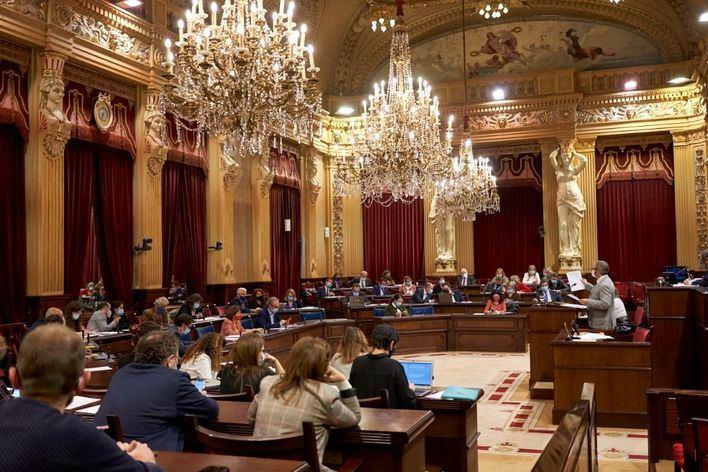El Parlament pide al Govern que permita a la sanidad privada y al Ejército poder vacunar