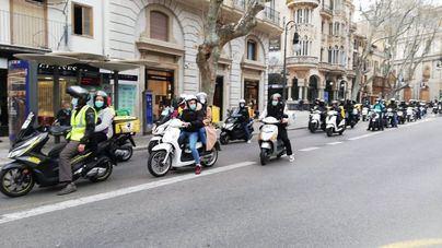 Un centenar de vehículos protestan en Palma contra la 'ley de riders'