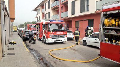 Cuatro personas atendidas tras el incendio de un coche en un garaje de una finca en Sa Pobla