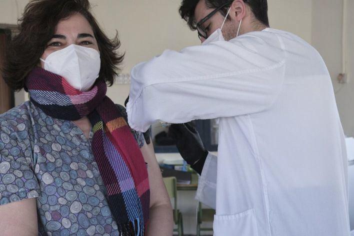 Los contagiados de menos de 55 años tendrán que esperar 6 meses para recibir la vacuna