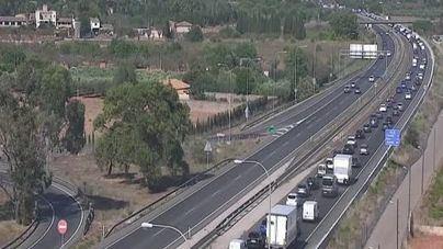 El choque de varios vehículos provoca grandes retenciones en la autopista de Inca