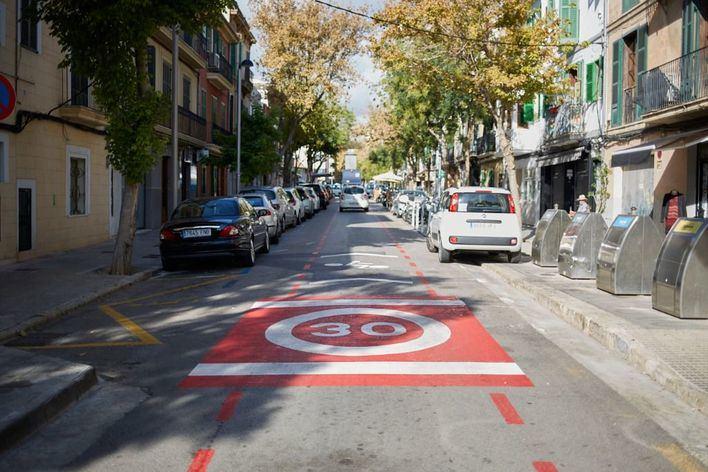 Cort quiere que coches, bicis y patinetes compartan carril en 7 calles