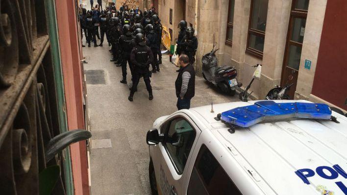 Tensión entre manifestantes y Policía por el desahucio de cinco pisos en Sa Llotja