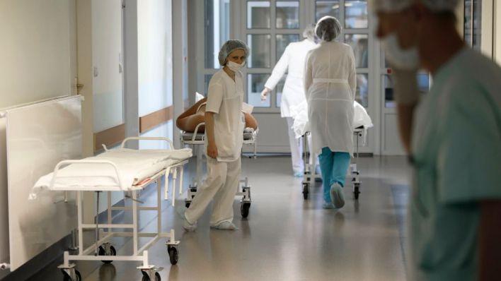 Dos muertos más y bajada de contagios y pacientes en UCI y planta