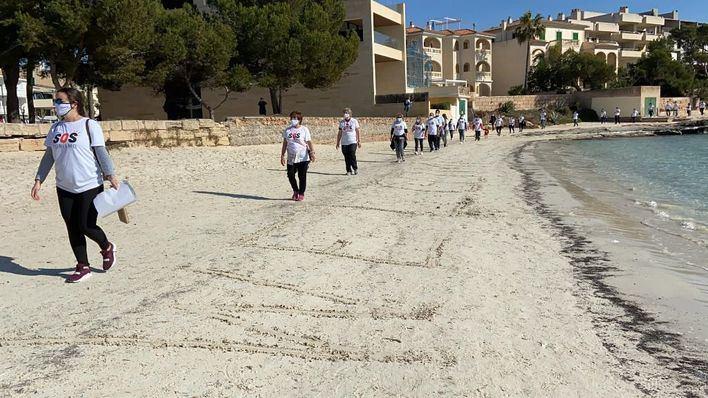 200 personas participan de la caminata reivindicativa de SOS turisme en la Colònia de Sant Jordi