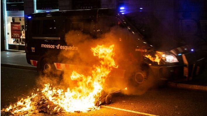 Noche de violencia y pillaje en Barcelona por el encarcelamiento de Pablo Hasél