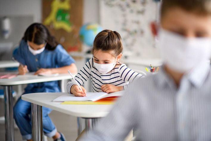 Sanidad y Educación recomiendan abrir puertas y ventanas en los centros educativos 'haga frío o no'