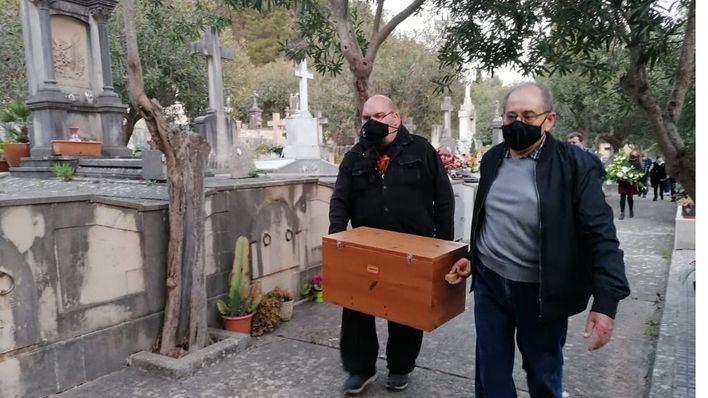 Emotiva entrega de los restos de tres víctimas del franquismo a sus familiares en Pollença
