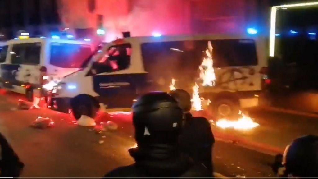 Prenden un camión de la Guardia Urbana de Barcelona con un agente dentro