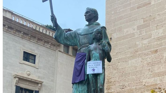 Vox exige que se retiren los carteles feministas colocados en la estatua de Fray Junípero
