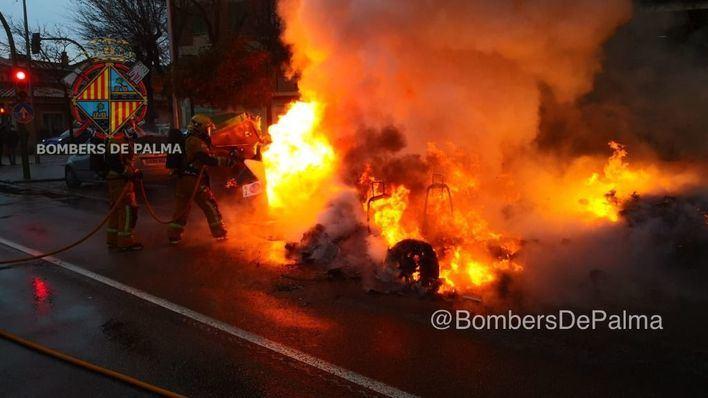 Un incendio calcina un coche y tres contenedores en la barriada de Son Cladera