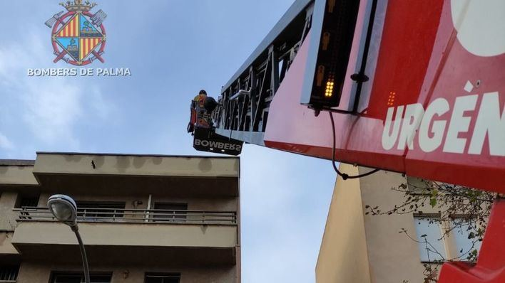 Los bomberos revisan la fachada de un edificio en Son Oliva tras un desprendimiento de cascotes