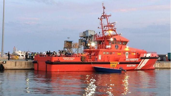 Una lancha con dos ocupantes se incendia en Ibiza y ha de ser remolcada hasta el club náutico