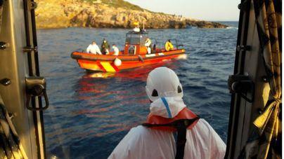 Localizada una patera con 13 ocupantes a bordo en aguas de Cabrera