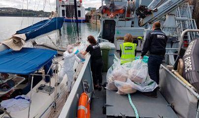 Los dos tripulantes de un barco con 4 toneladas de hachís pactan 9 años de cárcel