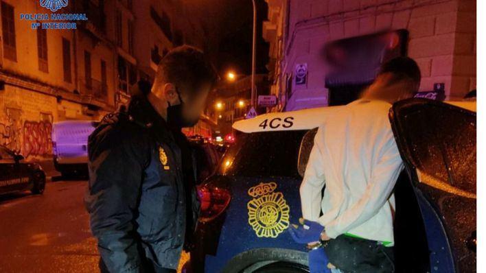 Un joven de 18 años arremete contra un policía que le arrestó por intento de robo