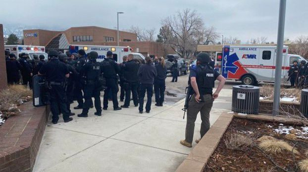 Un pistolero mata al menos a diez personas en un supermercado de Colorado