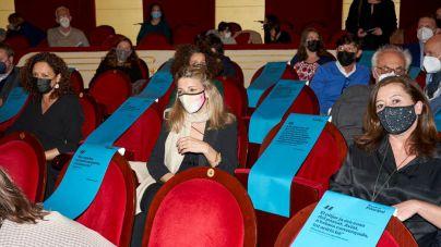 La ministra Díaz, en el Teatre Principal con las 'kellys'