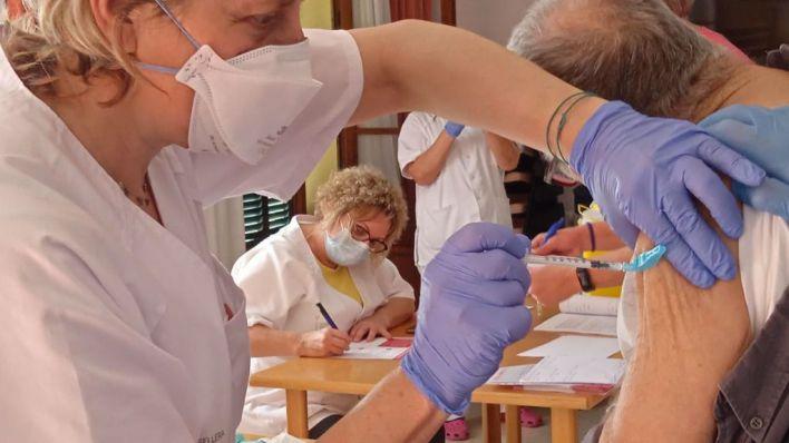 Los números evidencian la eficacia de la vacuna: sólo 49 casos en las residencias de toda España