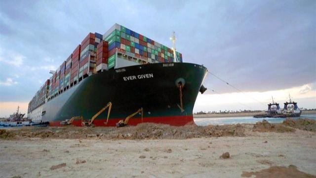 El canal de Suez recupera la navegación tras reflotar el buque encallado