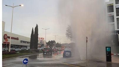 Un 'géiser' inunda la entrada de Son Castelló