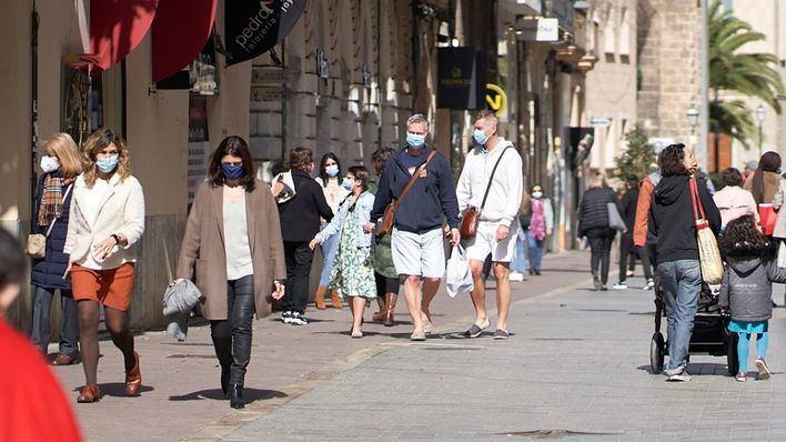 El Gobierno obliga a usar mascarilla en todos los espacios públicos, incluidas las playas