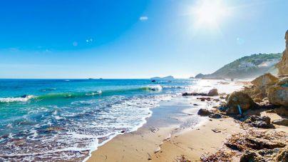 Hallan un cadáver en la playa de Es Figueral, en Ibiza