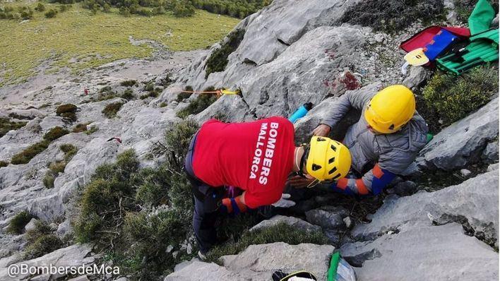 Un hombre sufre diversas heridas tras caer desde 10 metros mientras escalaba en Es Pa de Figa