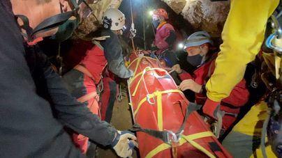 Un total de 28 personas participan en un simulacro de rescate en cuevas de Na Burguesa