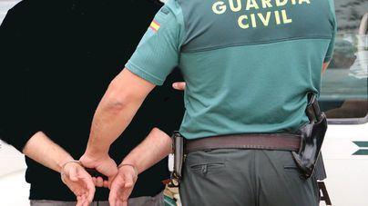 Detenido en ses Salines un joven de 18 años por robar en el interior de un bar