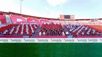 El público regresa a Son Moix para participar en la foto oficial del Real Mallorca