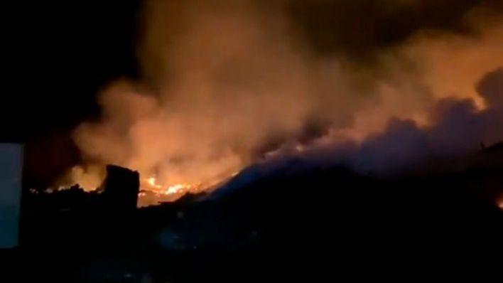 Intensa madrugada de los bomberos luchando contra el fuego en los alrededores de Tirme