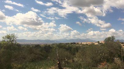 Intervalos nubosos y chubascos dispersos a partir de la tarde en Baleares