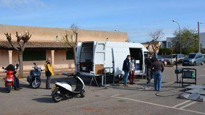 Ciclomotores y motos pasan la ITV móvil en Santanyí