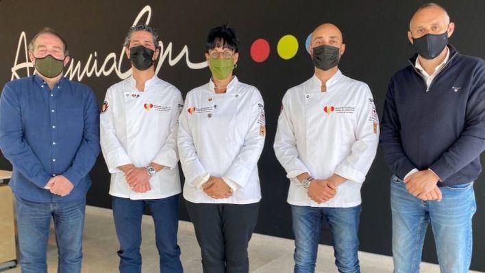 (De Izquierda a derecha) Fernando Castellanos, CEO de Global Gastronomia Group, los chefs Javier Soriano, María Salinas y Kike Martí junto a Antoni Martorell, director general de AgenciaCom