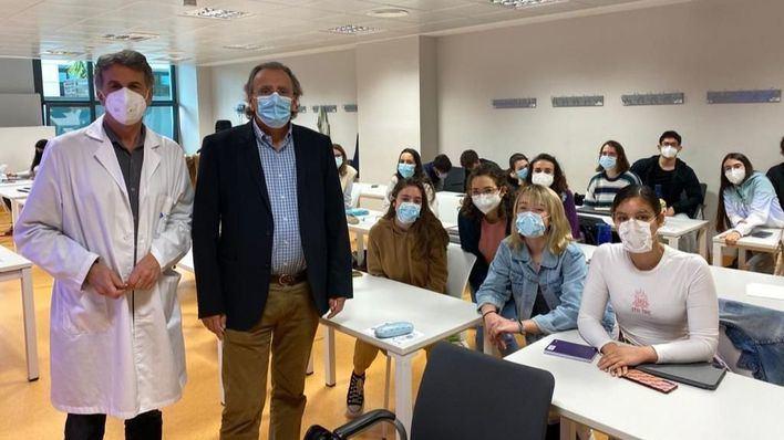 """La Facultad de Medicina """"prueba"""" el accesorio para ajuste de mascarillas de Adema"""