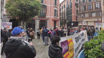 Una cincuentena de personas exigen en Palma la apertura de interiores en restaurantes