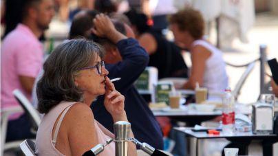El 65,8 por ciento de los encuestados está a favor de prohibir fumar en las terrazas