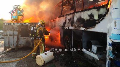 Fuego en un depósito de vehículos para reciclar en Palma
