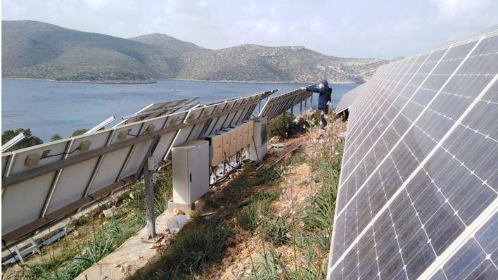 Cort trabaja en la renovación de las placas solares de Cabrera