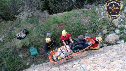 Los bomberos rescatan a un motorista precipitado por un terraplén en Banyalbufar